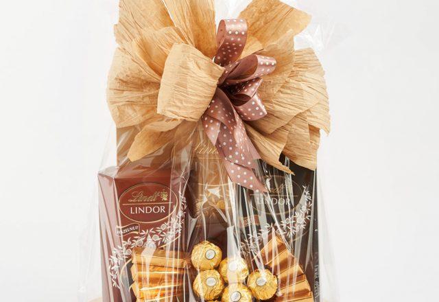 Kosz prezentowy ze słodyczami Lindt i dekoracją