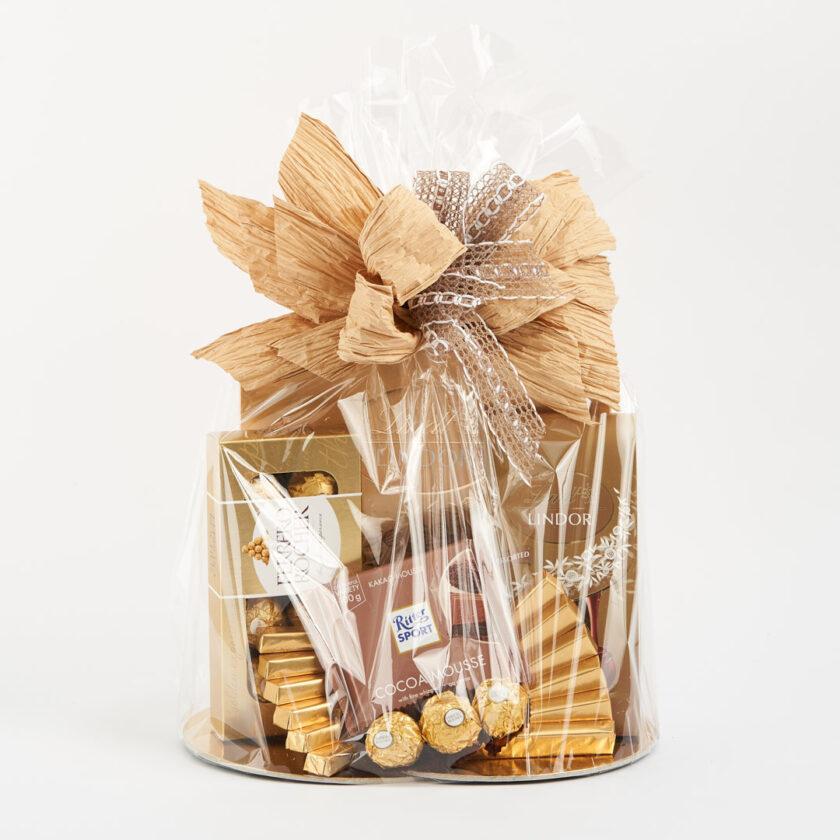 Kosz prezentowy ze złotymi słodyczami
