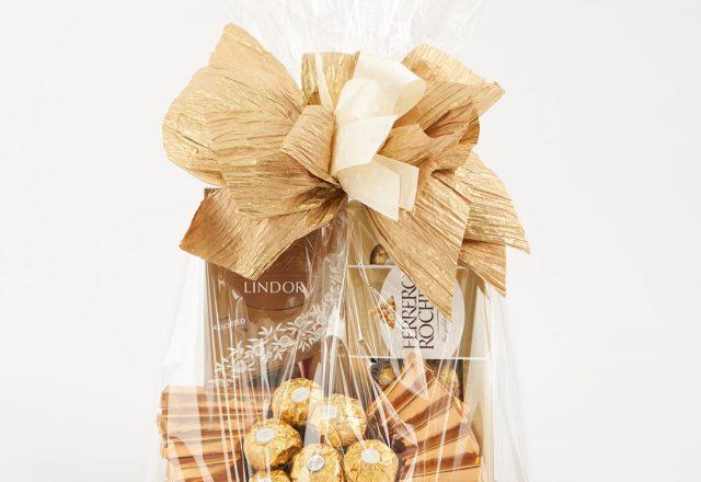 Kosz upominkowy ze słodyczami marki Lindt oraz Czekoladki Delicadorre to idealny prezent dla wszystkich łasuchów! Taki kosz podarunkowy sprawi radość bliskim, ale też zachwyci klientów i współpracowników. W skład zestawu wchodzi: -CZEKOLADKI LIND LINDOR I FERRERO ROCHER -CZEKOLADKI DELICADORRE ORZECHOWE Zamów kosz z dedykacją (do 100 znaków) - wpisz w pole uwagi do zamówienia. ISTNIEJE MOŻLIWOŚĆ MODYFIKACJI PRODUKTÓW NA INDYWIDUALNE ZAMÓWIENIE KLIENTA, PO UZGODNIENIU TELEFONICZNYM W DZIALE ZAMÓWIEŃ KLIENTA. *Dekoracja może ulec delikatnej modyfikacji. **W niektórych przypadkach element zestawu upominkowego może zostać zastąpiony zamiennikiem o takiej samej wartości oraz klasie.