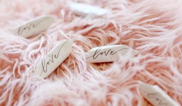 Jaki prezent na rocznicę ślubu wybrać w zależności od stażu małżeństwa?